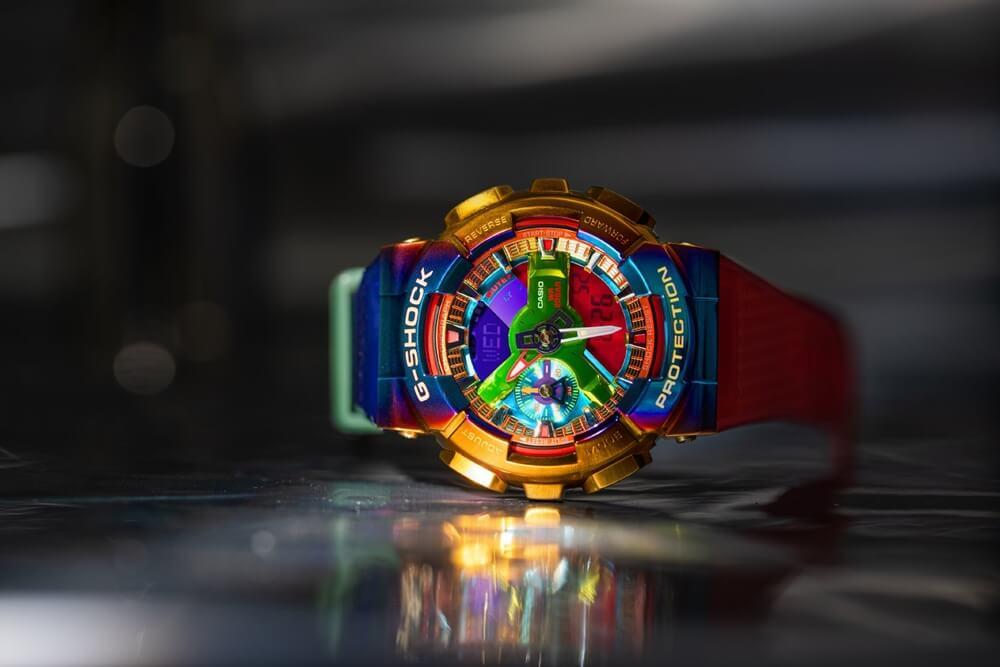 מותג השעונים G-SHOCK מבית ענקית השעונים היפנית CASIO, הידוע בשעוניו העמידים והקשוחים ביותר בעולם, מציג שעון מטאלי בצבעוניות מסחררת של כל צבעי הקשת. סקירה דוסיז צרכנות