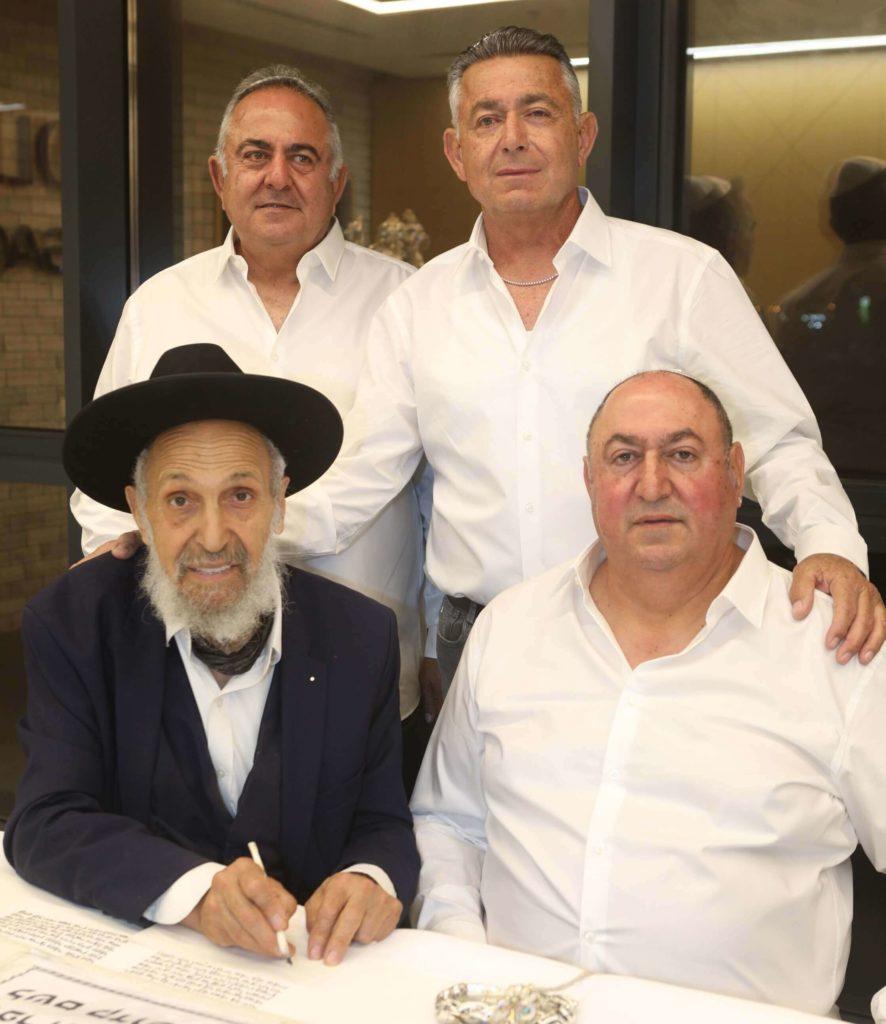 בעלי קבוצת GOLBARY חגגו הכנסת ספר תורה לזכר אמם בבית הכנסת בהרצליה פיתוח. סקירה דוסיז צרכנות