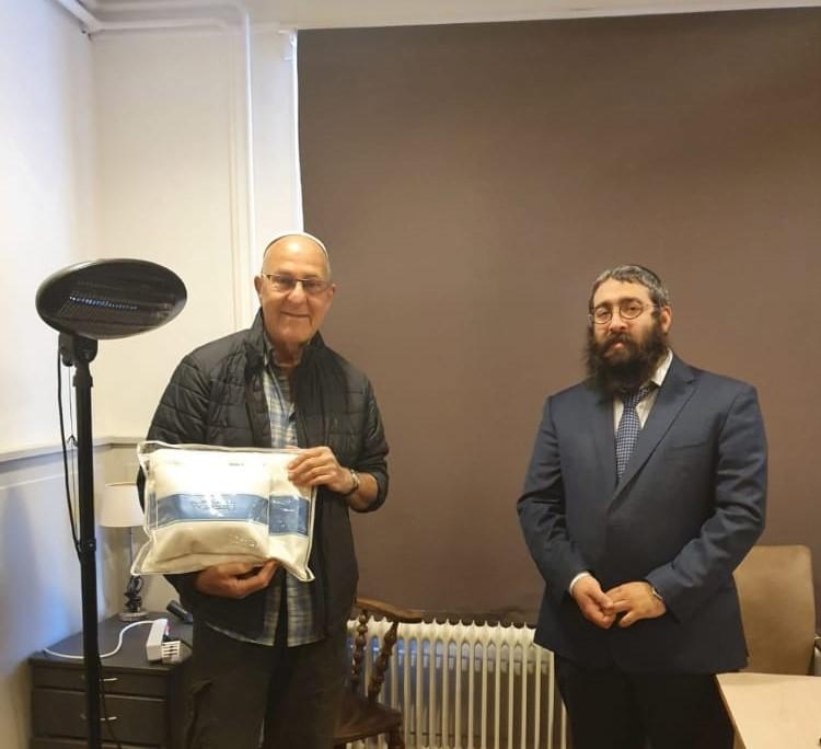 למעלה ממאתים זוגות תפילין חולקו ליהודים ברחבי אירופה, במסגרת פרוייקט מיוחד של קרן 'פאר בנימין'. סקירה דוסיז צרכנות