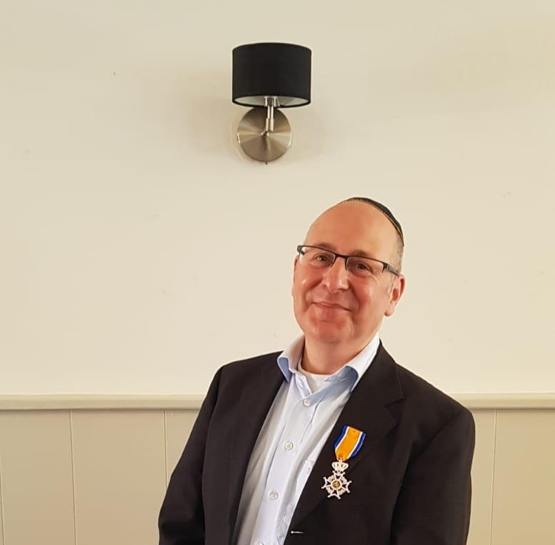 מלך הולנד העניק תואר אביר לראש הקהילה היהודית באיינדהובן. סקירה דוסיז צרכנות