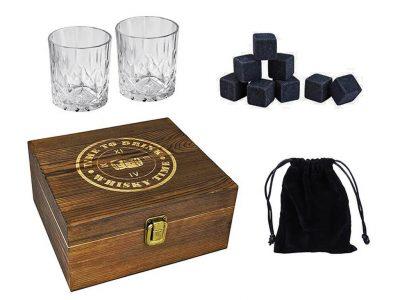 מארז מתנה וויסקי ולקרים הכולל 2 כוסות ו-8 אבני קרח בקופסת עץ מהודרת_139 שח_להשיג באתר וברשת ג'נטלמן_קרדיט יחצ | סקירה