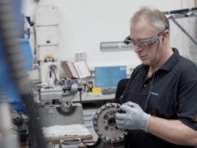 המשקפיים החכמים של Epson מסייעים לטכנאים, אנשי השטח של חברת סימנס, לשמור על כללי הריחוק החברתי. סקירה דוסיז צרכנות