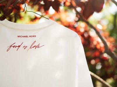 מעצב העל, מייקל קורס, משיק זו השנה השמינית את הקמפיין השנתי של בית האופנה לסיוע ברעב העולמי. סקירה דוסיז צרכנות