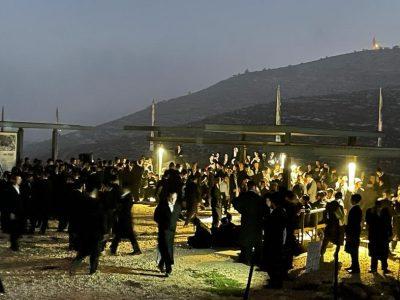מאות בחורים מחסידות קרלין ביקרו באתר